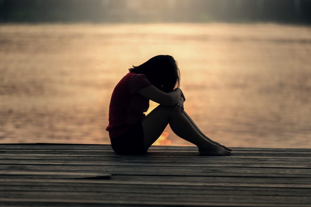 Femme triste au bord de la mer