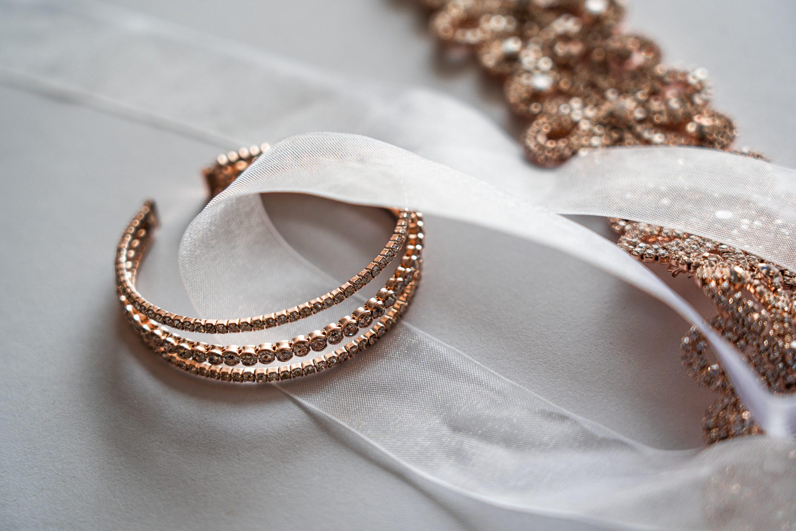 Bijoux en or déposés sur un ruban