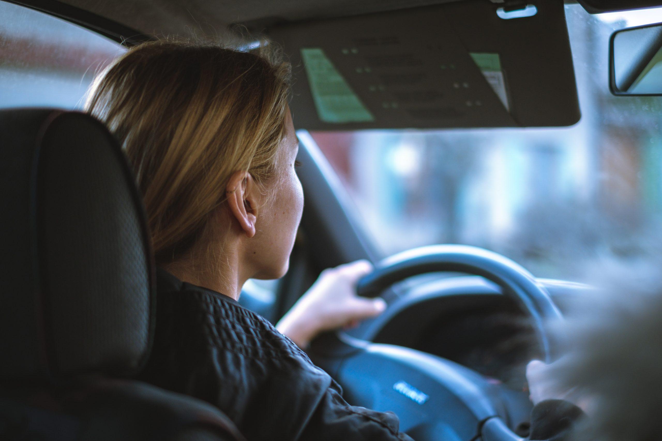 Femme passant le permis voiture