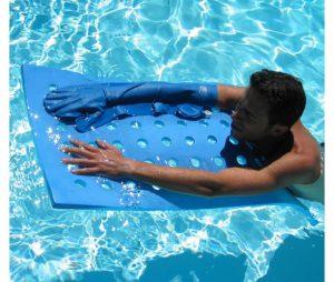 protège plâtre sur bras homme dans l'eau