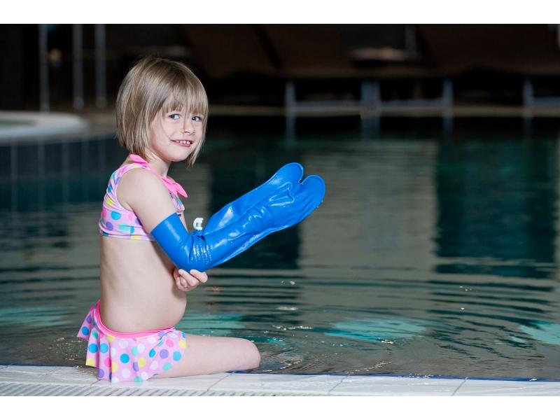 protège plâtre enfant au bord de la piscine